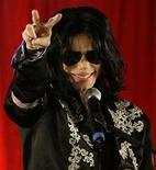 <p>Foto de archivo del cantante Michael Jackson durante una conferencia de prensa en la Arena O2 en Londres, 5 mar 2009. Las ventas de álbumes, un acuerdo para hacer una película y otros proyectos podrían elevar el patrimonio de Michael Jackson hasta los 200 millones de dólares antes de fin de este año, reportó el jueves el diario Los Angeles Times. REUTERS/Stefan Wermuth/Files</p>