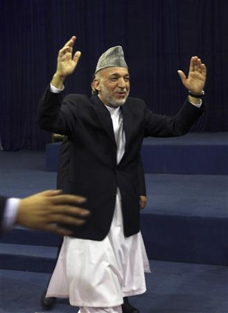 Afghanistan's President Hamid Karzai, who is seeking a second term in the country's upcoming presidential election, waves during an election rally in Kabul August 13, 2009. REUTERS/Ahmad Masood