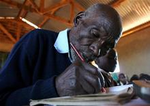 <p>Kimani Maruge a scuola in una immagine del 2006. REUTERS/Thomas Mukoya</p>
