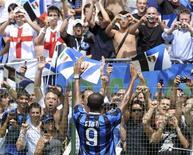 <p>Tifosi dell'Inter salutano il nuovo acquisto Samuel Eto'o . REUTERS/Paolo Bona</p>