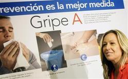 """<p>La ministre espagnole de la Santé Trinidad Jimenez lors d'une conférence de presse. La presse ibérique se délecte samedi de l'""""impair"""" commis par la ministre de la Santé, prise en flagrant délit de 'faire la bise' à ses collaborateurs alors qu'elle venait de préconiser d'éviter tout contact physique pour ne pas propager le virus H1N1 de la grippe A. /Photo prise le 14 août 2009/REUTERS/Susana Vera</p>"""