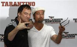 """<p>El director de cine Quentin Tarantino y el actor Brad Pitt posan para promocionar su filme """"Inglourious Basterds"""" en Berlín, 28 jul 2009. Una serie de decepciones en la taquilla cinematográfica en los últimos años y caídas en las ventas de sus DVDs han dejado a Weinstein Co -que esta semana estrena la película de Quentin Tarantino """"Inglourious Basterds"""", protagonizada por Brad Pitt- en dificultades financieras, indicó el periódico. Harvey y Bob Weinstein fundaron la compañía después de que vendieron Miramax Films -el estudio detrás de películas de la década de 1990 como """"Pulp Fiction"""" y """"Shakespeare in Love""""- a Walt Disney Co en el 2005. REUTERS/Fabrizio Bensch (IMAGENES DEL DIA)</p>"""