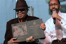 <p>Michael Jackson's father Joe Jackson (L) receives a plaque from Gary Mayor Rudy Clay during a memorial service in the singer's home town of Gary, Indiana, July 10, 2009. REUTERS/John Gress</p>