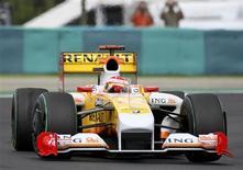 <p>Carro da Renault no GP da Hungria, em foto de arquivo. A FIA retirou suspensão à Renault e Alonso poderá correr em Valencia. REUTERS/Dominic Ebenbichler</p>