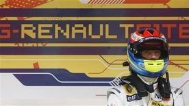 <p>Piloto da Renault de Fórmula 1 Romain Grosjean em sessão de treino em Montmelo. 12/06/2008. REUTERS/Albert Gea</p>