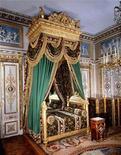 <p>Роскошная кровать Наполеона в дворце Монтенбло к югу от Парижа 20 апреля 1996 года. REUTERS/STRINGER</p>