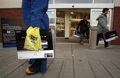 <p>Shoppers walk out of a Calgary electronics store in Calgary, Alberta in this November 17, 2006 file photo. Canada's annual inflation rate hit a 56-year-low in July, when prices fell by 0.9 percent from a year earlier on sharply lower energy prices, Statistics Canada said on Wednesday. REUTERS/Todd Korol</p>