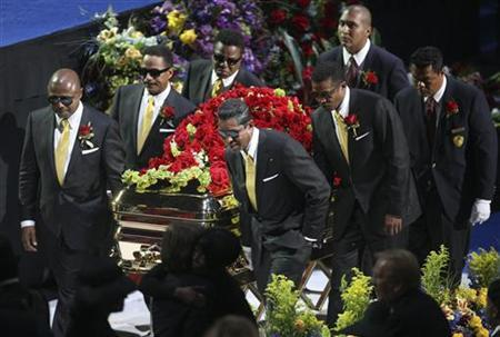 Members of the Jackson family act as pall-bearers during the memorial services for pop star Michael Jackson in Los Angeles July 7, 2009. REUTERS/Mario Anzuoni
