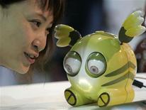 <p>Menina conversa com robô Instant Messenger Robot exibido no International Robot Show em Taipé. Um relatório da Real Academia de Engenharia, publicado nesta quinta-feira, mostra que gatos mecânicos e outras engenhocas podem fazer companhia a idosos britânicos dentro de três anos, caso a sociedade seja convencida a fazer esse tipo de experiência.</p>