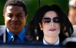 <p>Michael Jackson, followed by his brother Tito (L), exits the Santa Barbara County Courthouse after the eighth day in his child molestation trial in Santa Maria, March 9, 2005. REUTERS/Lucas Jackson</p>