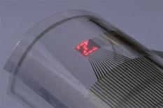 <p>Microtela LED impressa em camada de plástico exibe letra Z curva ao ser colocada em volta de tubo de vidro. Divulgação</p>