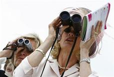 <p>Racegoers watch the third race of the Epsom Derby Festival at Epsom Downs in Surrey, southern England June 6, 2008. REUTERS/Alessia Pierdomenico</p>
