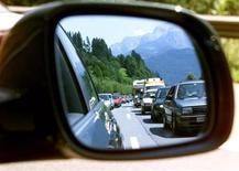 <p>Auto in coda riflesse in uno specchietto retrovisore. REUTERS</p>