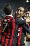<p>Pato comemora seu segundo gol contra o Siena com Ronaldinho. REUTERS/Giampiero Sposito</p>