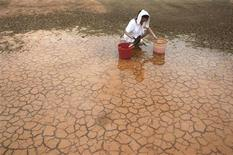 <p>Una donna raccoglie acqua piovana nella provincia cinese di Jiangxi. REUTERS/Stringer (CHINA ENVIRONMENT SOCIETY) CHINA OUT. NO COMMERCIAL OR EDITORIAL SALES IN CHINA</p>
