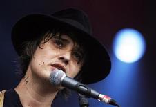 <p>Британский певец Питер Доэрти выступает на фестивале Glastonbury-2009 на юго-западе Англии 27 июня 2009 года. REUTERS/Luke MacGregor</p>