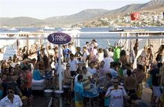 """<p>Люди танцуют на вечеринке, организованной на пляже в Голтуркбуку 16 июля 2007 года. Туристы из РФ по-прежнему любят проводить отпуск в Турции: в июле страну с отдыхом по системе """"все включено"""" посетили более 472 тысяч россиян, свидетельствуют данные на сайте министерства туризма Турции. REUTERS/Fatih Saribas</p>"""