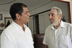 <p>Фидель Кастро (справа) встречается с президентом Эквадора Рафаэлем Корреа, 21 августа 2009 года. Бывший кубинский лидер Фидель Кастро впервые появился в эфире национального телевидения с июня 2008 года. На пленке Кастро, которому исполнилось уже 83 года, выглядел вполне здоровым. REUTERS/Juventud Rebelde</p>