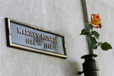 <p>Un tombeau situé au-dessus de celui de Marilyn Monroe a été vendu pour 4,6 millions de dollars sur le site d'enchères en ligne eBay. /Photo prise le 17 août 2009/REUTERS/Mario Anzuoni</p>