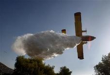 <p>Un velivolo antincendio impegnato a estinguere le fiamme in un paese a nord di Atene. REUTERS/Yiorgos Karahalis (GREECE DISASTER ENVIRONMENT IMAGES OF THE DAY)</p>