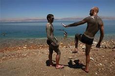 <p>Personas en la costa del Mar Muerto, cerca de Kibbutz Ein Gedi, Israel, 28 jun 2009. El Mar Muerto quedó entre los 14 finalistas de una votación global por internet que el año próximo elegirá a las siete maravillas del mundo natural, dijeron el martes los organizadores. El famoso lago salado, ubicado en el punto más bajo del mundo, está en la final junto a otros espectaculares fenómenos naturales como el Río Amazonas, las Islas Galápagos, el Gran Cañón y la Gran Barrera de Arrecifes. REUTERS/Ammar Awad</p>