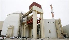 <p>Атомная электростанция в иранском Бушере 3 апреля 2007 года. В преддверии переговоров шести крупнейших стран о новых санкциях против Тегерана инспекторы ООН вероятно сообщат о том, что Иран снизил темпы развития своей ядерной программы и стал более открытым для сотрудничества. REUTERS/Raheb Homavandi</p>