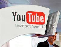 <p>YouTube, le premier site mondial de partage de vidéos, annonce qu'il va reverser une partie de ses revenus publicitaires aux utilisateurs qui mettent en ligne les clips les plus populaires. /Photo d'archives/REUTERS/Adrian Dennis/Pool</p>