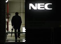 <p>Selon le quotidien économique Nikkei, les fondeurs japonais NEC Electronics et Renesas Technology pourraient recevoir une aide de 1,47 milliard d'euros de la part de leurs maisons-mères pour faciliter leur fusion. /Photo d'archives/REUTERS/Toru Hanai</p>