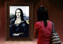 """<p>Grâce à la technologie, la """"Mona Lisa"""" Léonard de Vinci s'anime et répond même aux questions, en mandarin. Une réplique numérique de la toile du XVIe siècle est exposée dans le cadre de l'exposition d'arts interactifs """"World Classic Interactive Arts"""" qui se tient à Pékin. /Photo prise le 21 août 2009/REUTERS/David Gray</p>"""