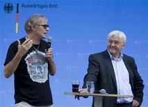 <p>Министр иностранных дел Германии Франк-Вальтер Штайнмайер (справа) слушает режиссера Леандера Хаусманна в Берлине 23 августа 2009 года. REUTERS/Thomas Peter</p>