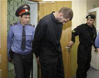 <p>Один из подозреваемых в захвате сухогруза Arctic Sea в Басманном суде в Москве 21 августа 2009 года. Прокуратура РФ предъявила восьми подозреваемым в захвате сухогруза Arctic Sea обвинения в пиратстве и похищении экипажа судна, говорится в сообщении на сайте Следственного комитета при прокуратуре РФ http://sledcomproc.ru/. REUTERS/Grigory Dukor</p>