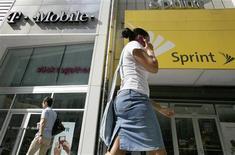 <p>Agences des opérateurs T-Mobile et Sprint à New York. La Federal Communications Commission (FCC), l'autorité de régulation du secteur des télécoms aux Etats-Unis, a ouvert une enquête sur la concurrence dans le secteur de la téléphonie mobile, qui pourrait ouvrir la voie à des investigations similaires sur d'autres marchés. /Photo prise le 30 juillet 2009/REUTERS/Brendan McDermid</p>