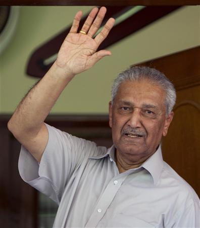 Pakistan nuclear scientist Abdul Qadeer Khan waves to journalists from the front door of his house in Islamabad August 28, 2009. REUTERS/Mian Khursheed