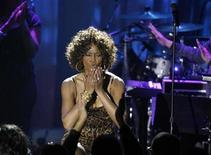 <p>Singer Whitney Houston blows kisses at the crowd at the conclusion of her performance at the 2009 Grammy Salute to Industry Icons event, honoring Clive Davis in Beverly Hills, California February 7, 2009. REUTERS/Mario Anzuoni</p>