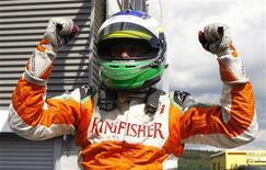 <p>Giancarlo Fisichella, da Force India, comemora pole position no GP da Bélgica.29/08/2009.REUTERS/Francois Lenoir</p>