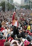 """<p>Hector Jackson (en la foto al centro), un imitador de Michael Jackson, baila junto a miles de otros admiradores del cantante estadounidense al ritmo de """"Thriller"""", celebrando el aniversario 51 del nacimiento del difunto artista en Ciudad de México, agosto 29, 2009. Más de 12.000 aficionados bailaron el tema """"Thriller en el evento, rompiendo un récord mundial Guinness. REUTERS/Henry Romero (MEXICO)</p>"""