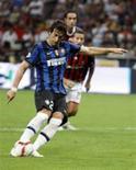 <p>Diego Milito, do Inter de Milão, cobra penâlti contra o Milan em partida válida pelo Campeonato Italiano. REUTERS/Giampiero Sposito</p>
