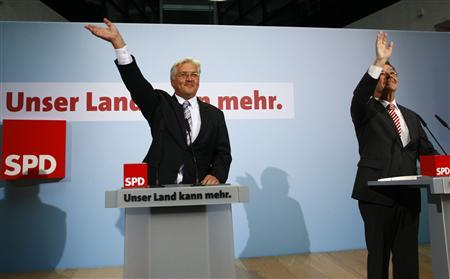 REFILE - CORRECTING DATE - German Foreign Minister and candidate for chancellor of the Social Democratic Party (SPD) Frank-Walter Steinmeier (L) and SPD leader Franz Muentefering greet party members at the Social Democratic Party (SPD) headquarters in Berlin August 30, 2009. REUTERS/Thomas Peter