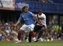 <p>Niko Kranjcar, do Portsmouth, desafia Micah Richards, do Manchester City, em partida do Campeonato Inglês neste domigo. REUTERS/Jed Leicester</p>