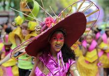 <p>Performers dance in the parade during the annual Notting Hill Carnival in London August 30, 2009. REUTERS/Stephen Hird</p>
