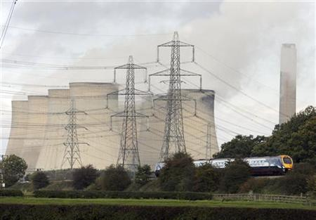 A train passes Ratcliffe-on-Soar power station in central England, October 30, 2006. REUTERS/Darren Staples
