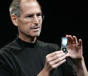 """<p>Presidente da Apple, Steve Jobs, exibe novo iPod Nano, em evento """"Let's Rock"""" da companhia, em 9 de setembro do ano passado.</p>"""