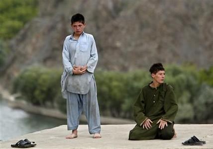 Afghan boys pray in Panjshir province, north of Kabul, August 31, 2009. REUTERS/Ahmad Masood
