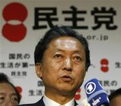 <p>Лидер Демократической партии Японии Юкио Хатояма общается с журналистами в штаб-квартире партии в Токио 31 августа 2009 года. Члены Демократической партии Японии во вторник встретились с управляющим Центробанка и высокопоставленными представителями министерства финансов, чтобы обсудить основные экономические вопросы перед созданием нового правительства. REUTERS/Toru Hanai</p>