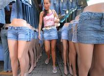 <p>Las británicas llevan minifalda hasta que tienen 40 años, según un estudio dado a conocer por los grandes almacenes Debenhams. Los grandes almacenes dieron los datos después de haber estudiado el perfil de edad de las mujeres que en los últimos seis meses han comprado faldas cortas, de 36 centímetros. Según sus resultados, se ha pasado de una media de 36 años de la compradora al principio del milenio a otra de 40 años hoy. Los datos de 1980 mostraban que de media, las mujeres dejaban de comprar minifaldas cuando cumplían 33 años, una cifra que permanecía sin cambios desde mediados de los 60. REUTERS/Kacper Pempel/Archivo</p>
