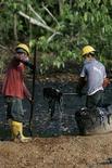 <p>Foto de archivo de unos trabajadores limpiando una poza contaminada en Taracoa, Ecuador, 10 dic 2007. La petrolera estadounidense Chevron Corp acusó el lunes de prevaricación a un juez que lleva una demanda en Ecuador por 27.000 millones de dólares contra la compañía, y dijo que videos revelan su participación en un esquema de soborno por 3 millones de dólares. REUTERS/Guillermo Granja (ECUADOR)</p>
