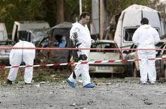 <p>Эксперты осматривают место взрыва у фондовой биржи в Афинах 2 сентября 2009 года. Здание афинской фондовой биржи сильно пострадало в среду в результате мощного взрыва, ранена проходившая мимо женщина, а восемь припаркованных неподалеку автомобилей объяты пламенем, сообщила греческая полиция. REUTERS/Yiorgos Karahalis</p>