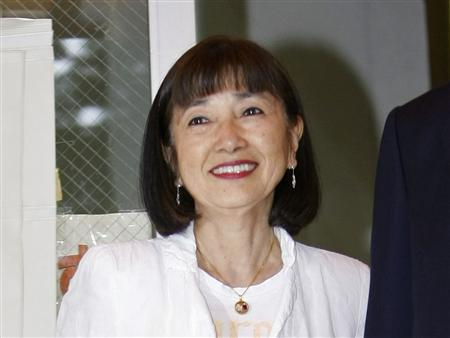 Japan's premier-in-waiting Yukio Hatoyama (not pictured) and his wife Miyuki pose for the media after casting their absentee ballots at a polling station in Tokyo August 26, 2009. REUTERS/Kim Kyung-Hoon