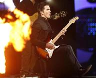 <p>Foto de archivo del cantante colombiano Juanes durante su presentación en el Festival de la Canción de Viña del Mar en Chile, 24 feb 2009. Una veintena de presos políticos cubanos apoyó el miércoles desde sus celdas un concierto por la paz que el músico colombiano Juanes realizará este mes en La Habana y que fue duramente criticado en Miami como una reverencia al Gobierno comunista de la isla. REUTERS/Eliseo Fernandez (CHILE)</p>