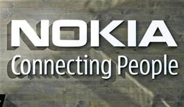 <p>Foto de archivo del logo corporativo de Nokia en la sede de la compañía en Helsinki, 9 jul 2008. El mayor fabricante de teléfonos móviles del mundo, Nokia, renovó su línea de aparatos inteligentes para competir de mejor manera con Apple y anunció el miércoles el precio de 820 dólares de la computadora portátil con la que incursionará en el duro mercado de los PC. REUTERS/Bob Strong</p>